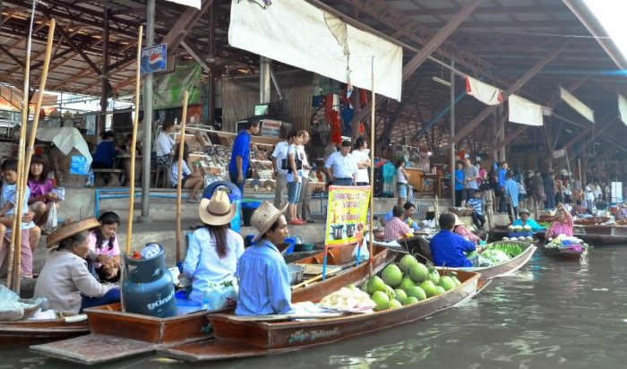 Trading whilst sailing at the Floating Market
